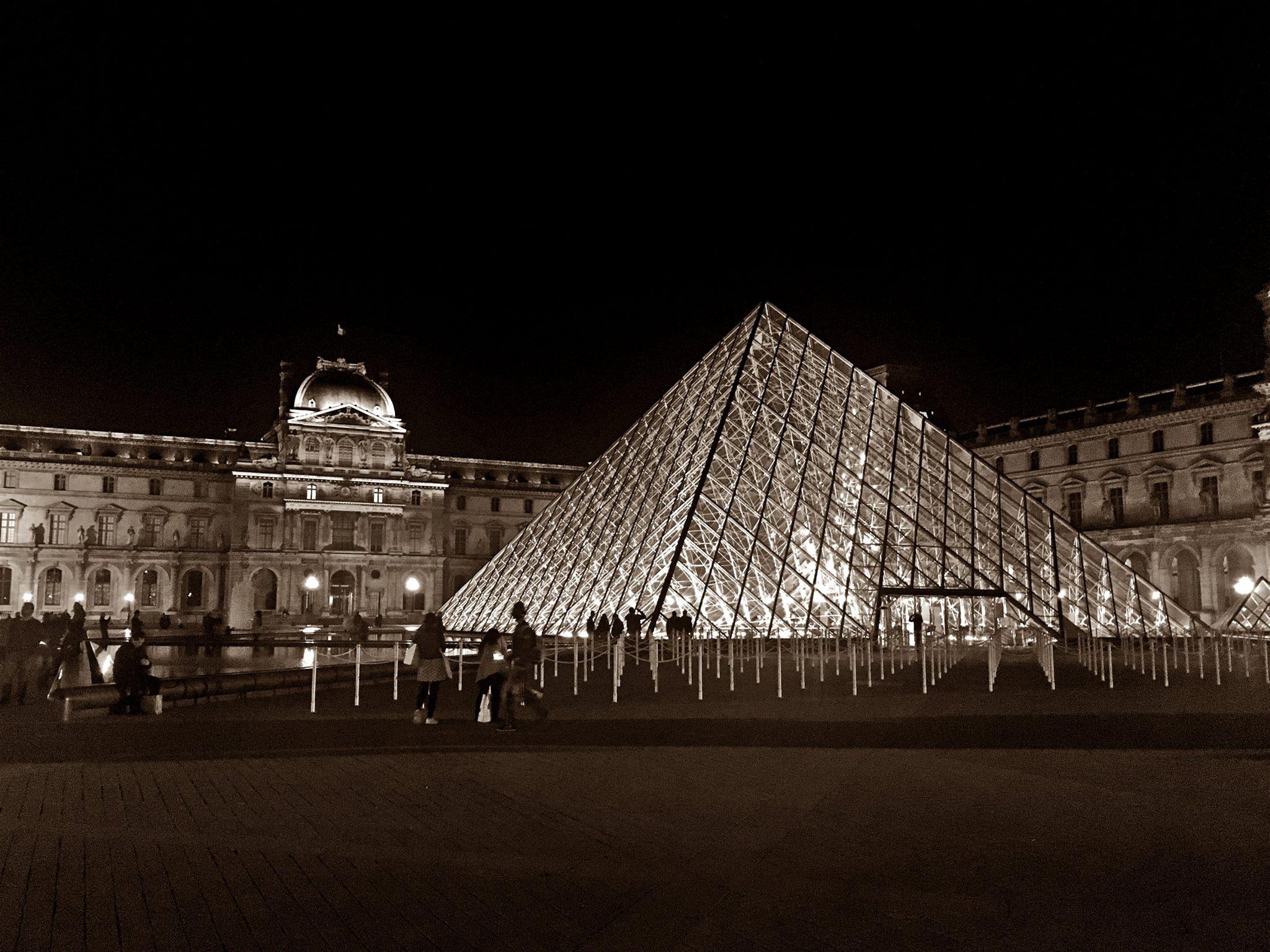 jermpins Pyramide du Louvre at night, Paris